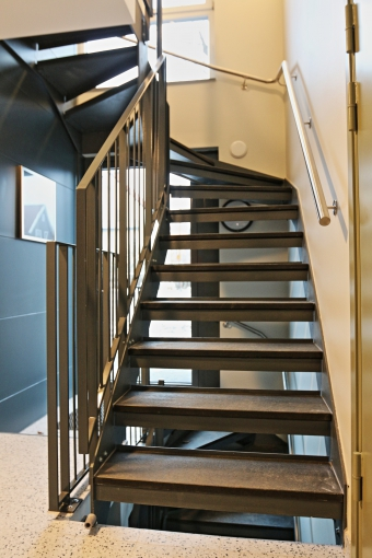 Metal ladder with granite steps stairs with metal side for Escaleras kapnes